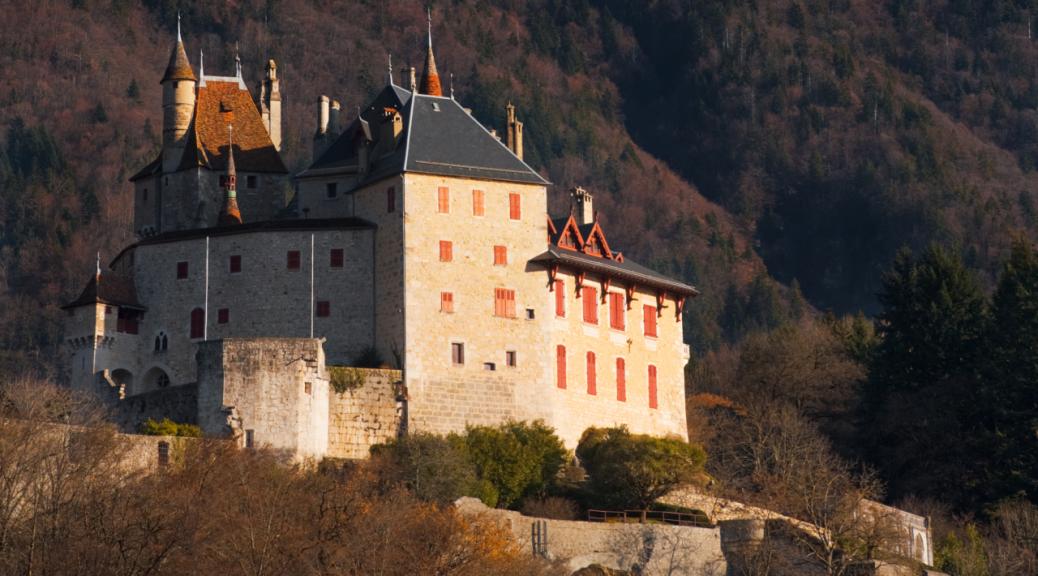 Chateau-Menthon-Saint-Bernard-Montagne-dents-de-lanfon-web