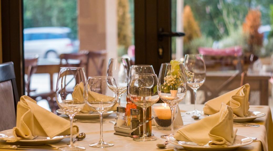 Table restaurant avec verres et couverts