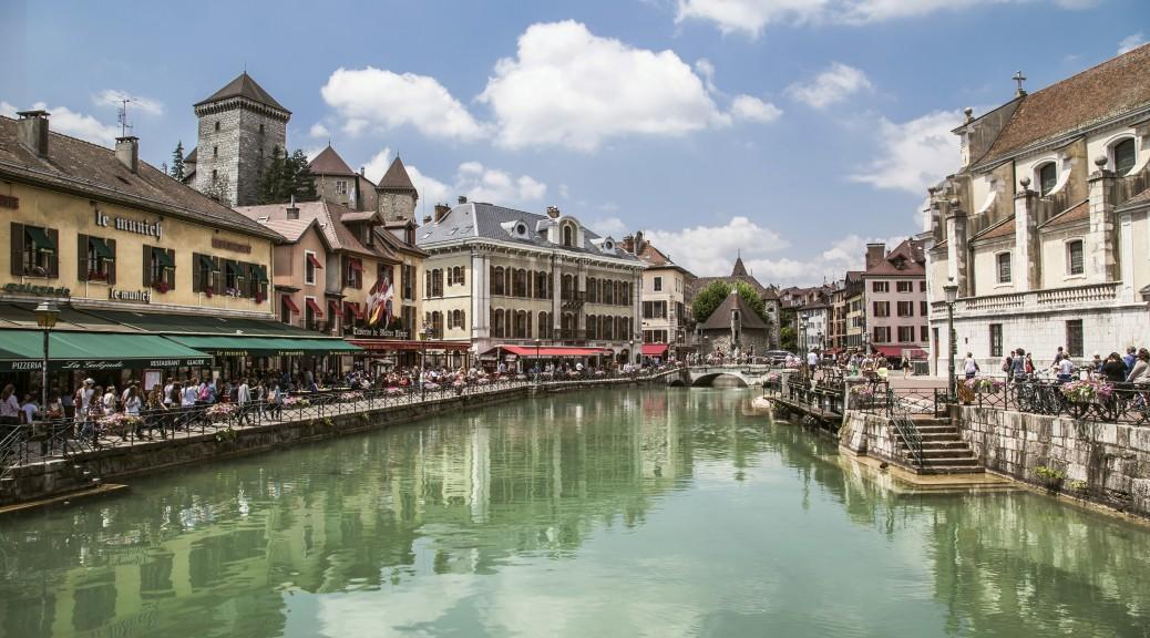 La vieille ville d'Annecy. A gauche l'établissement le Munich. Photo Epnb.